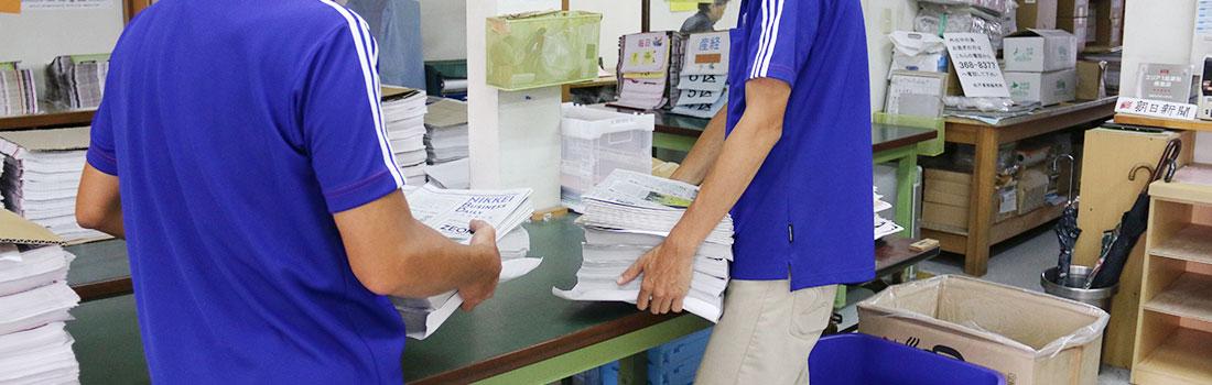 画像:採用ページ|新聞をまとめるスタッフ